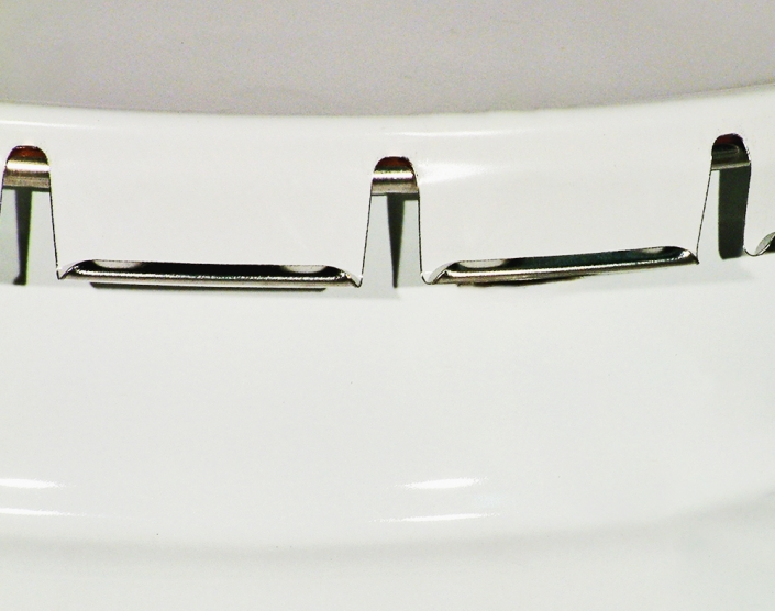 The traditional closing system for conical pails. They can be closed either by means of a simple manual device or by means of automatic equipment. A screwdriver is sufficient to open the lid.