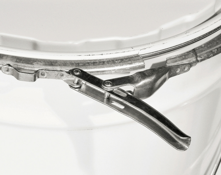 The lid is closed through a ring-latch which offers the advantage of easy opening and reclosing.