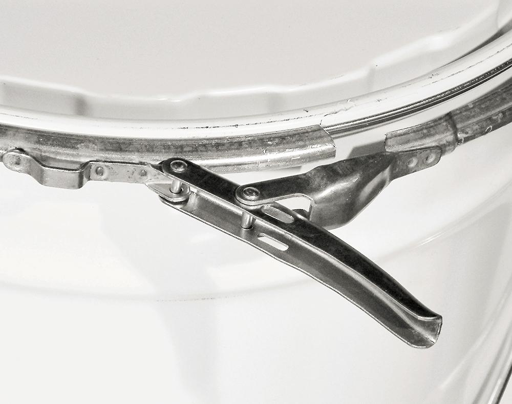 Fermeture à levier. Elle se ferme à travers un anneau à levier qui offre l'avantage de pouvoir être facilement ouvert et refermé
